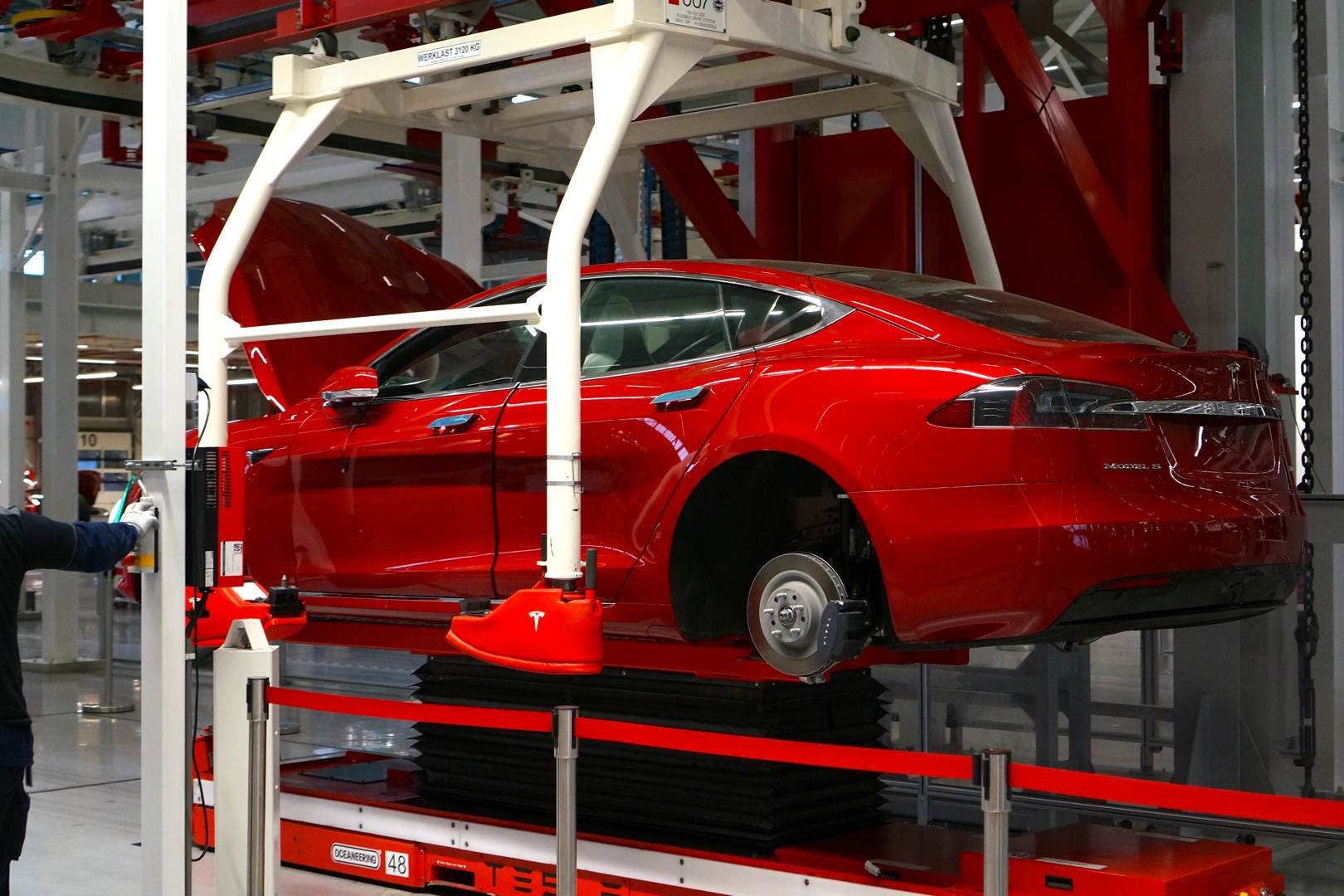 Tesla_Tilburg_Factory_Tour_Model_S_rot