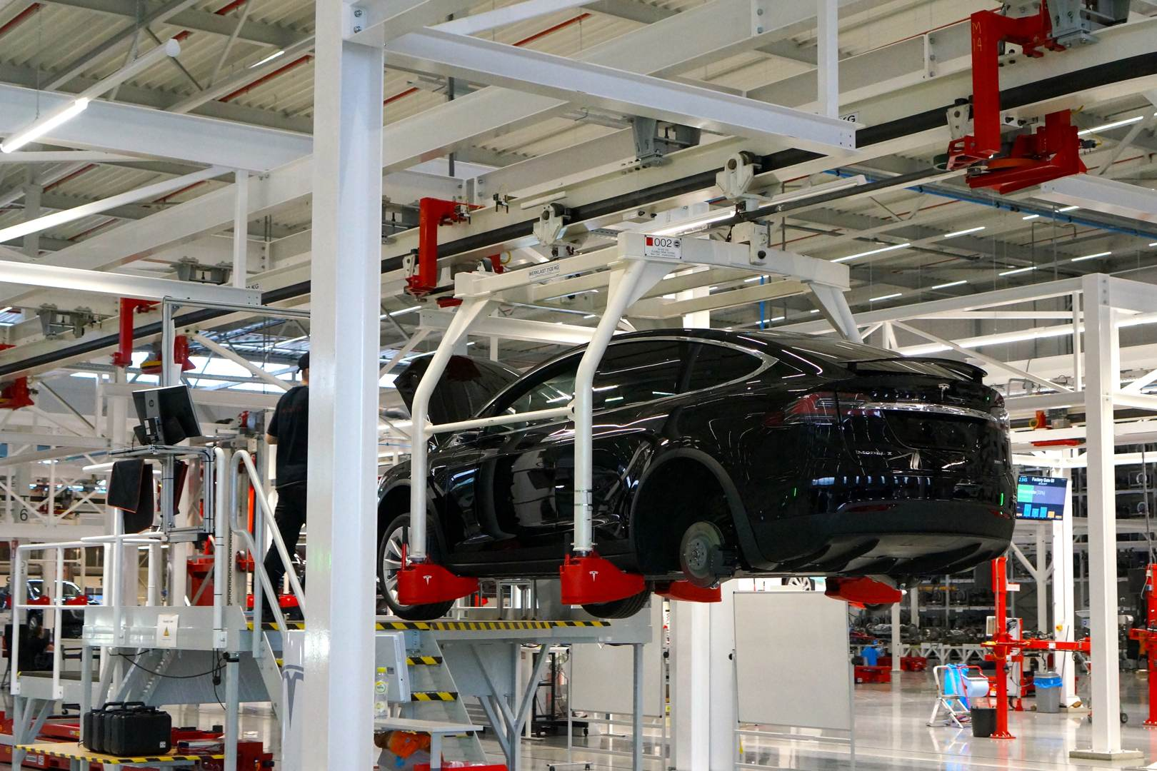 Tesla_Tilburg_Factory_Tour_Montage_Model_X_schwarz