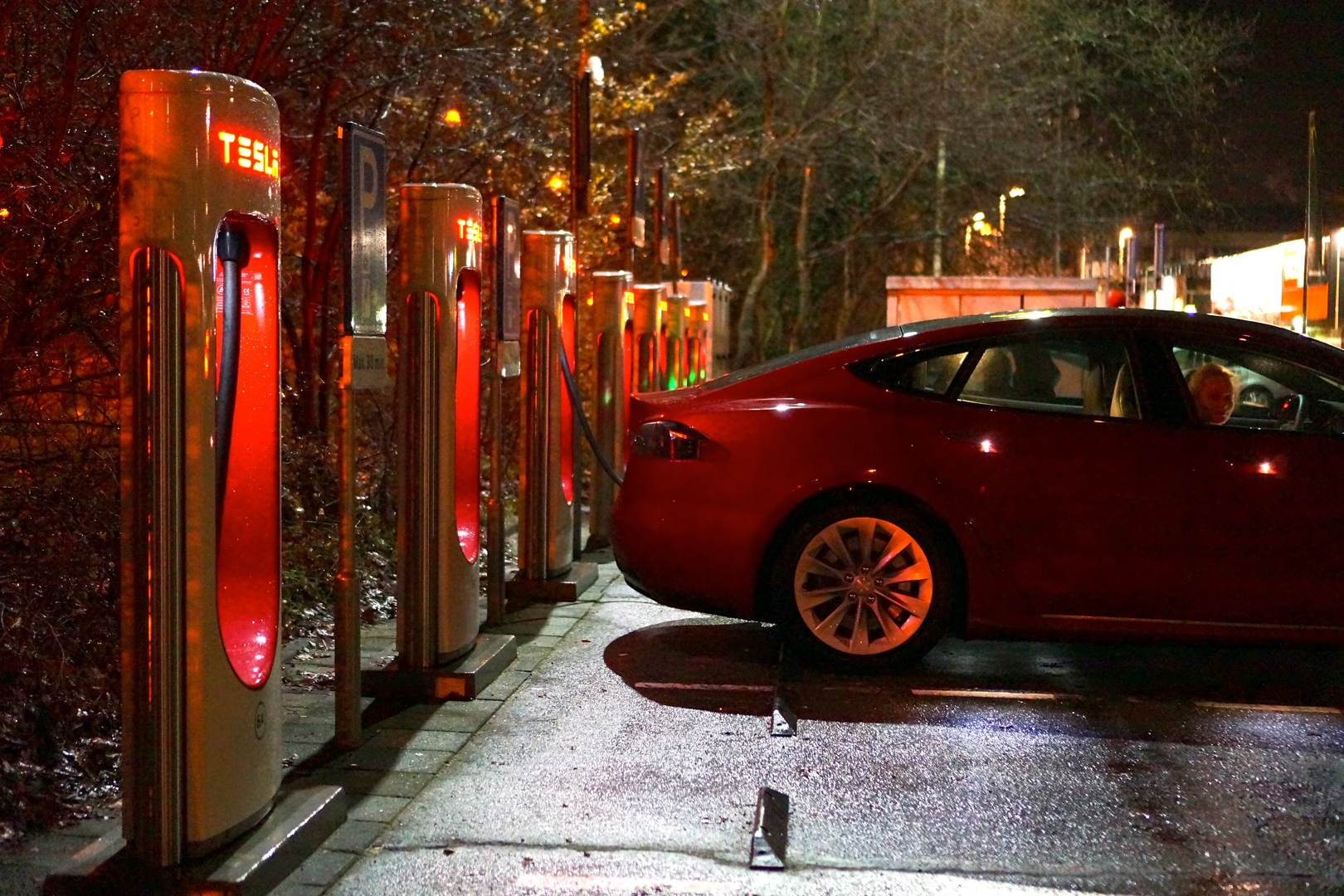 Tesla_Model_S_Neo_rot_Seite_Supercharger