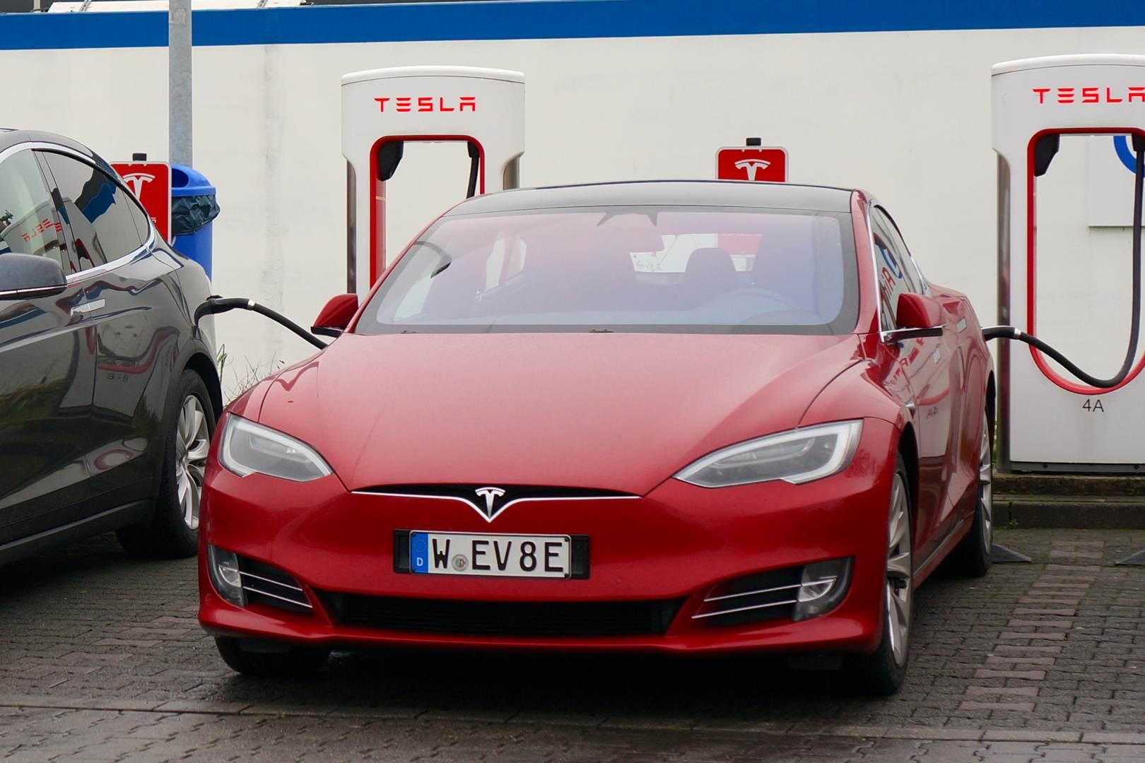 Tesla_Model_S_kurzes_Kennzeichen_langer_Traeger