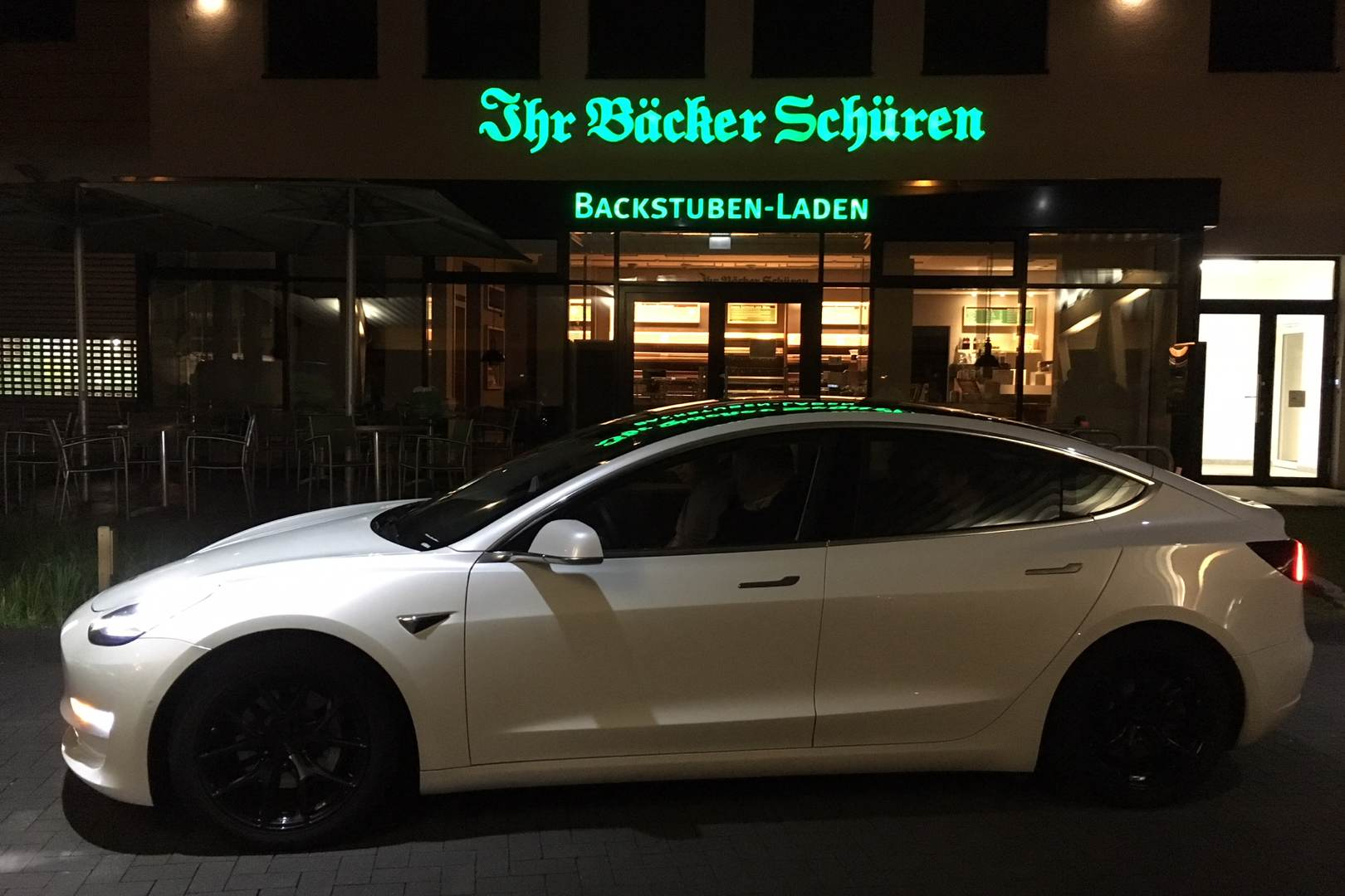 Tesla Model 3 Ladepark Kreuz Hilden