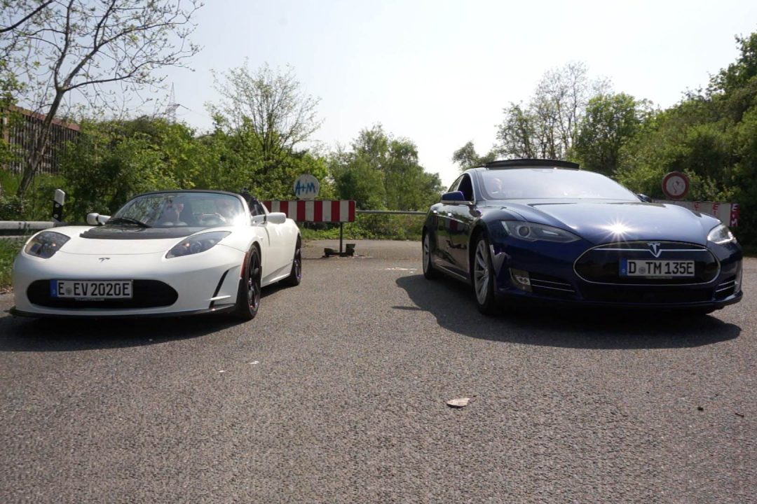 Titelbild Drag Race Tesla Model S P90D Ludicrous vs. Tesla Roadster