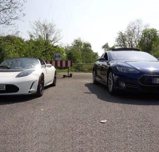 Titelbild Drag Race Tesla Model S P90D Ludicrous vs. Tesla Roadster