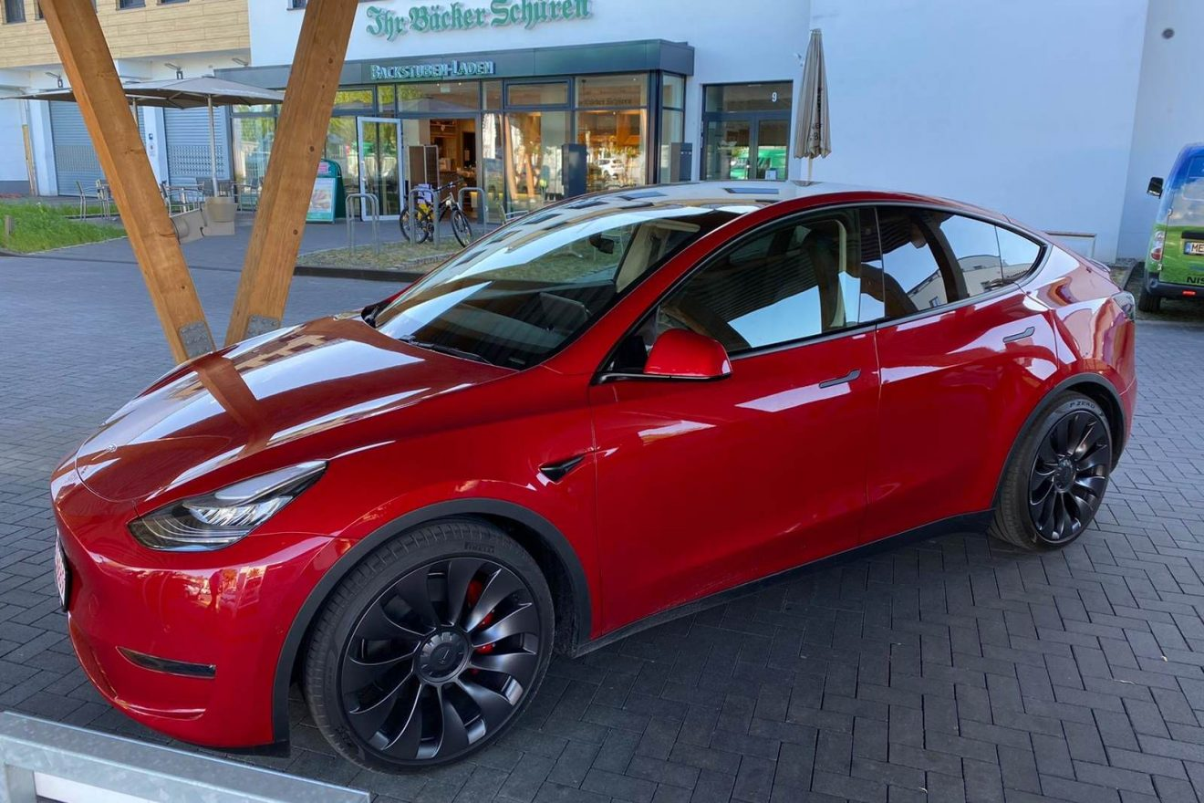 Tesla Model Y Performance rot Probefahrt hinten Ladepark Kreuz Hilden