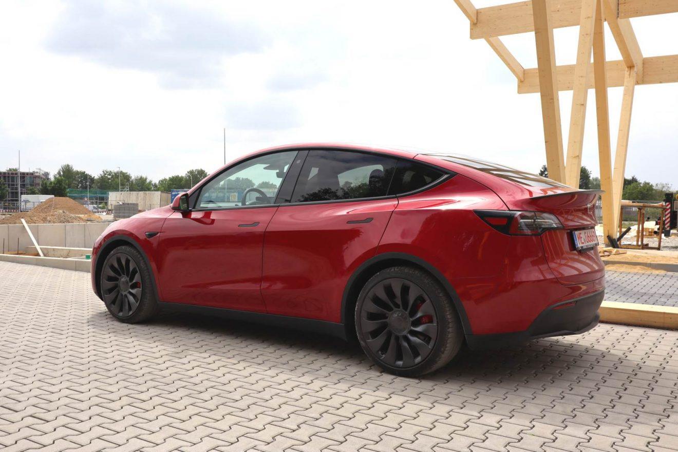 Tesla Model Y Performance rot Probefahrt hinten Seed and Greet Ladepark