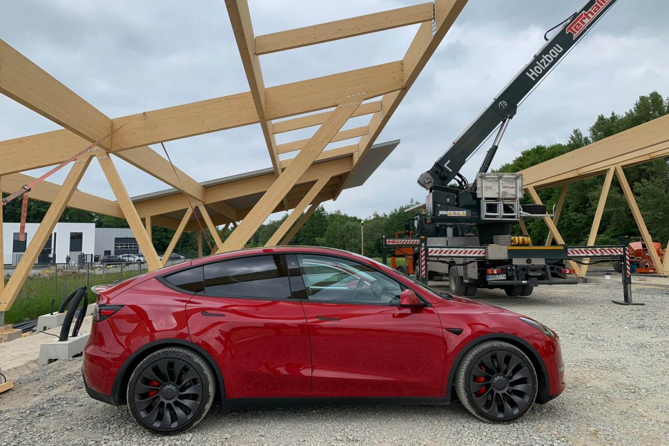 Tesla Model Y Performance rot Seite Seed & Greet Ladepark