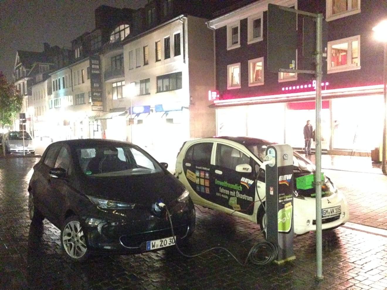 Renault_ZOE_BEW-Ladestation_iMiev_Nacht