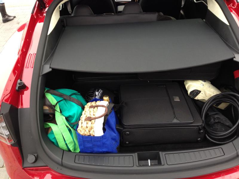 Drei Koffer und Skiausrüstung passen locker in den Kofferraum