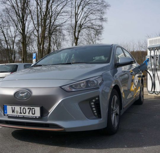 Hyundai_Ioniq_Electric_vorne_TripleCharger