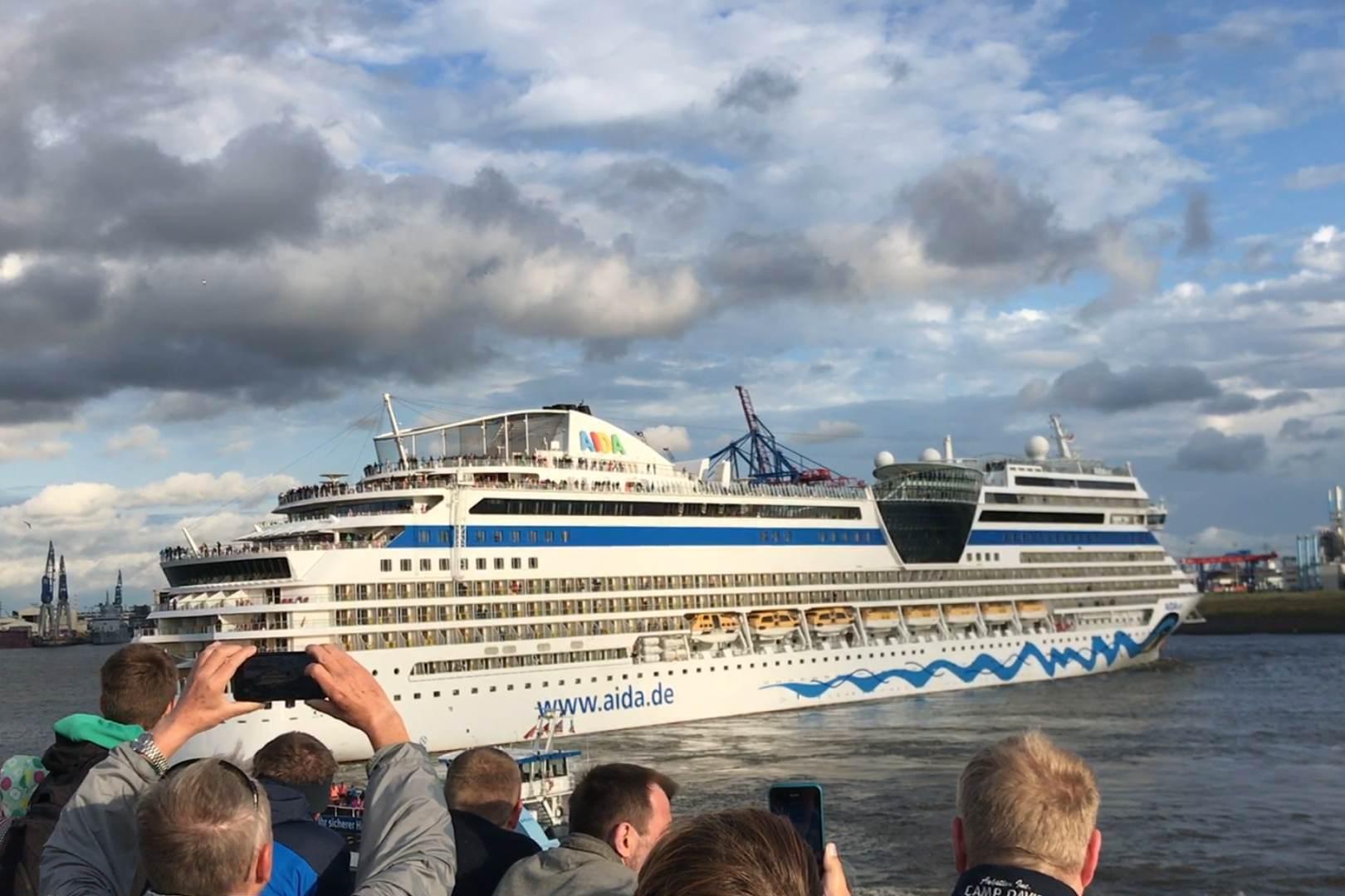 Hamburg_Hafen_Aida_wendet