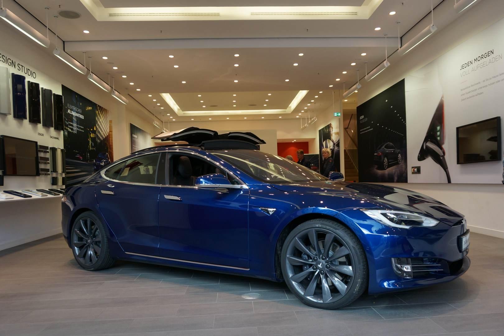 Tesla_Model_S_blau_Store