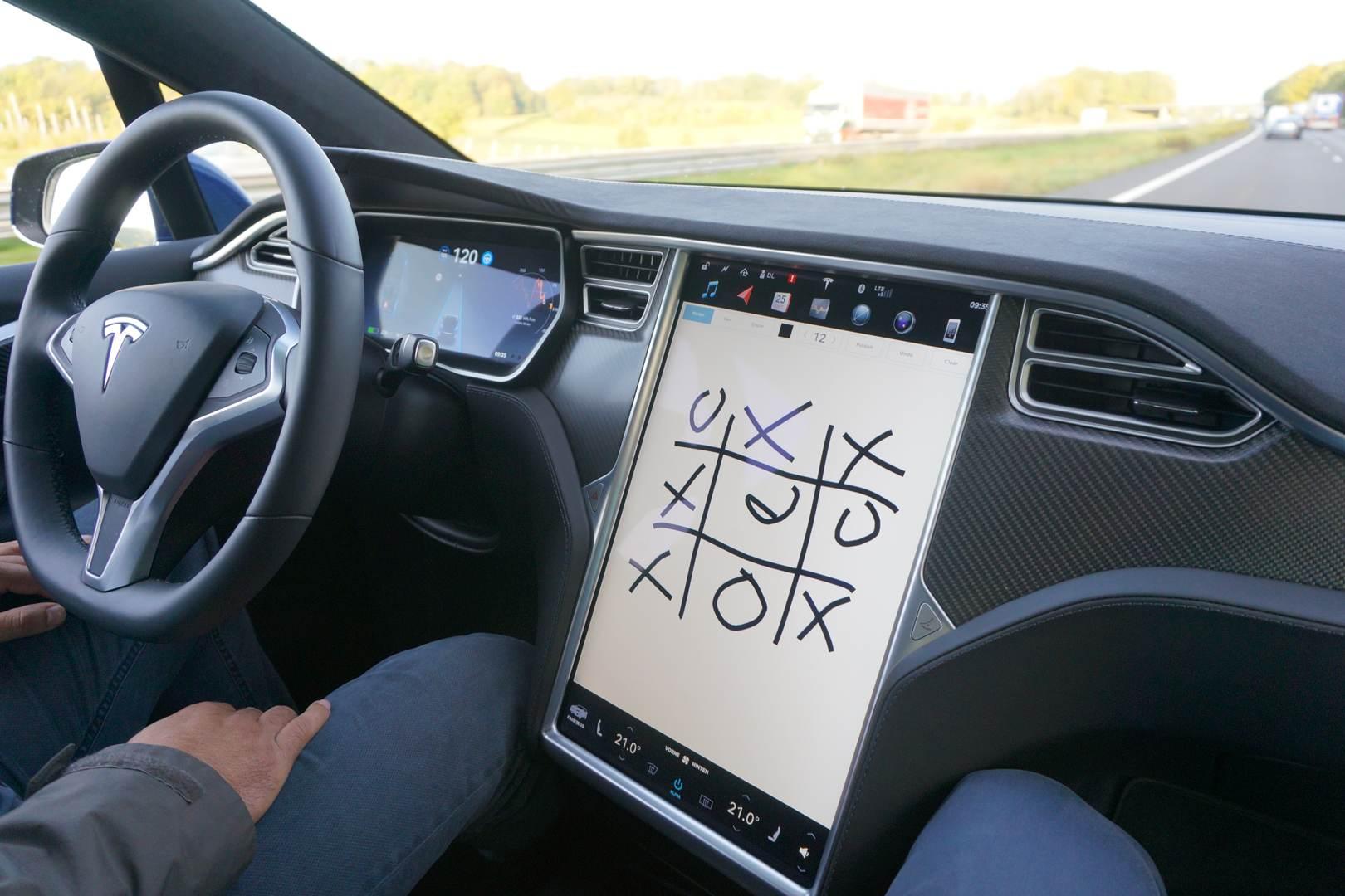 Tesla_Tilburg_Factory_Tour_Autopilot_Spiel_TicTacToe