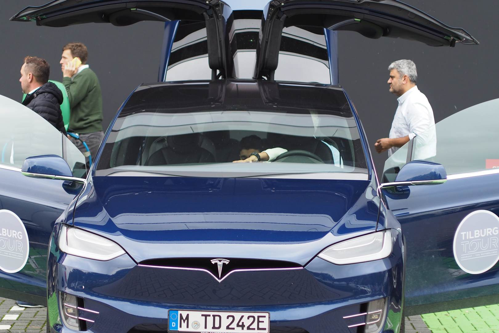 Tesla_Tilburg_Factory_Tour_Model_X_blau