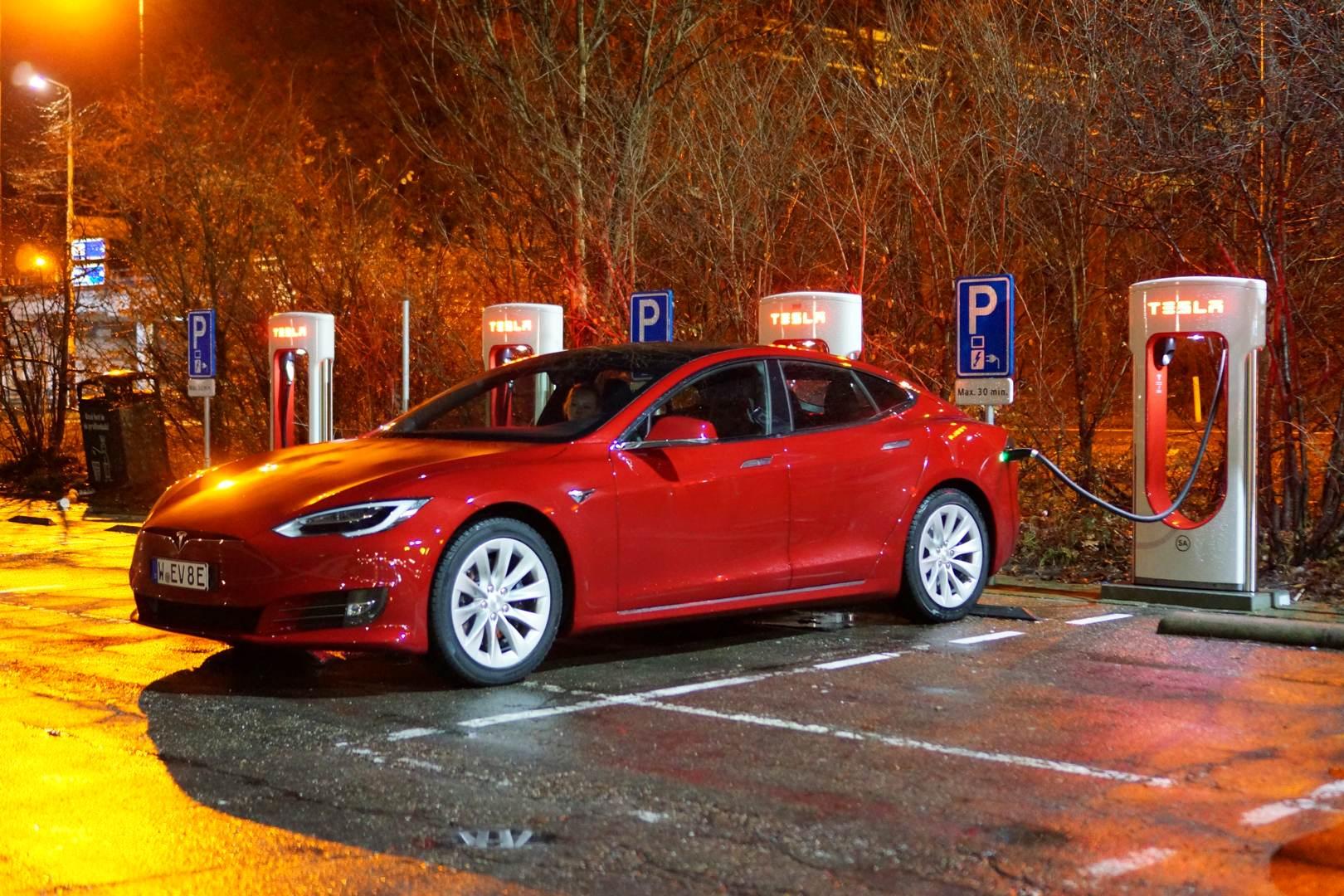 Tesla_Model_S_Neo_rot_Seite
