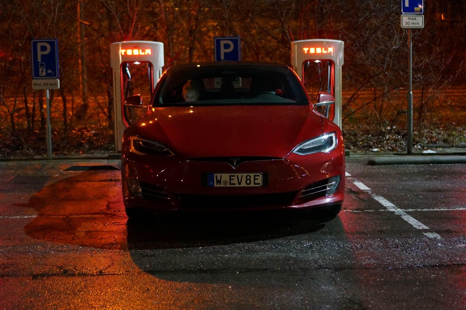 Tesla_Model_S_Neo_rot_vorne