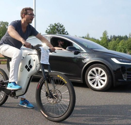 Titelbild Grünstrom Event - Drag Race eBike vs. Tesla Model X