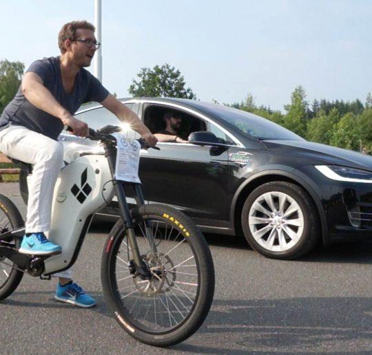Titelbild Grünstrom Event - Drag Race eBike vs. Tesla Model X