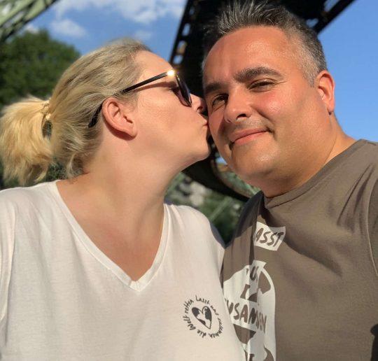 Danica und Nino vom DANZEI Blog Merch Shop buzzingDANZEI T-Shirt Hoodie Tasche Lasst uns zusammen die Welt retten