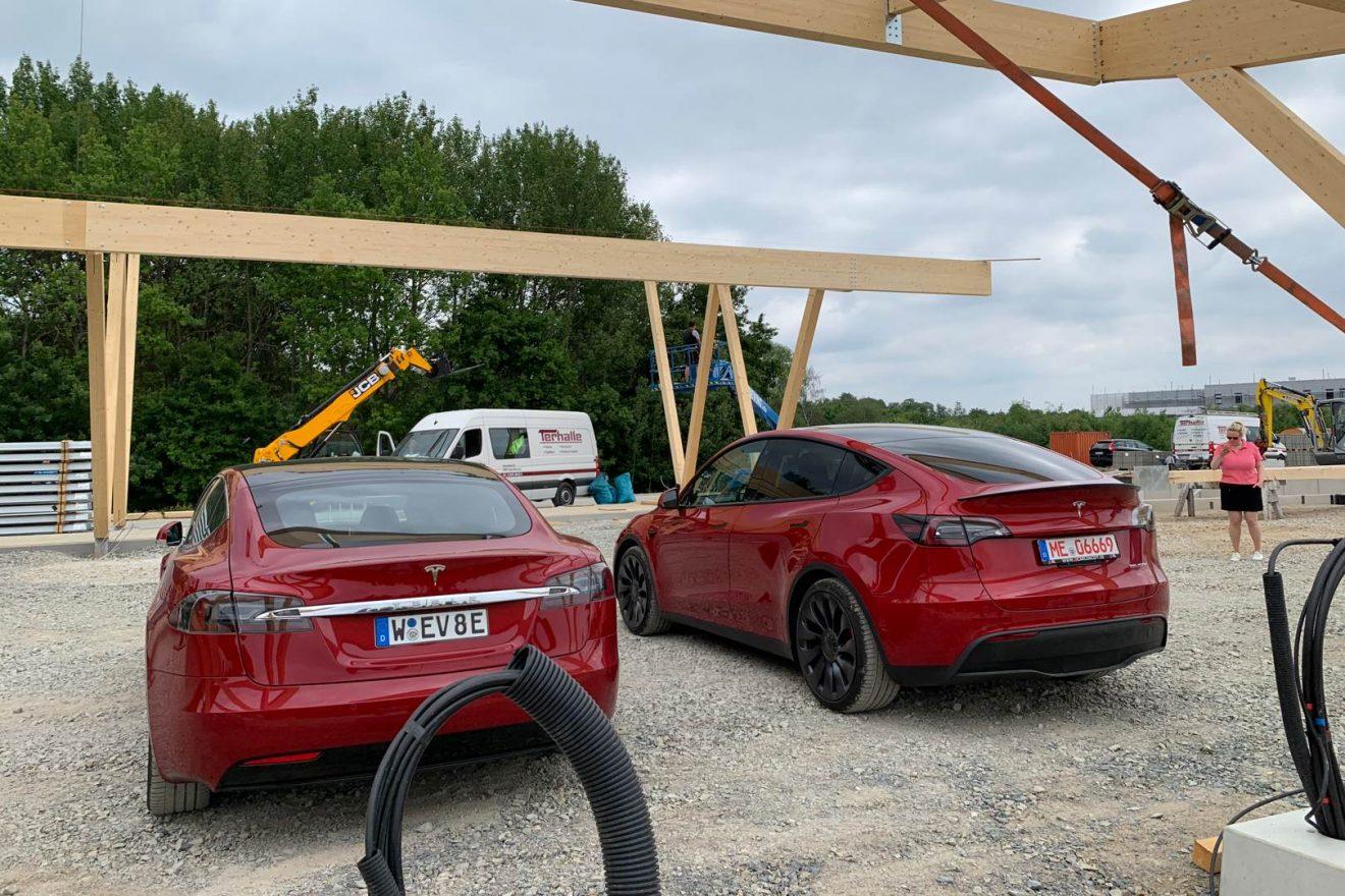 Vergleich Tesla Model Y und Tesla Model S von hinten